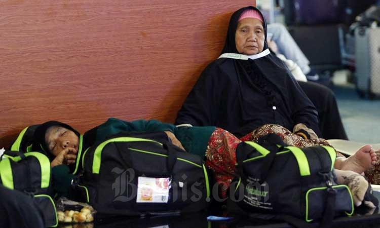 Calon Jamaah Umrah menunggu kepastian untuk berangkat ke Tanah Suci Mekah di Terminal 3 Bandara Soekarno Hatta, Tangerang, Banten, Kamis (27/2/2020). Bisnis - Eusebio Chrysnamurti