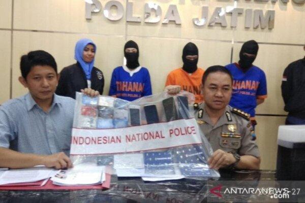 Polisi saat merilis kasus penangkapan pelaku pembobolan kartu kredit di Mapolda Jawa Timur, Surabaya, Kamis (27/2/2020). - Antara/Polda Jatim