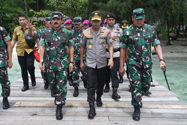 Panglima TNI Marsekal Hadi Tjahjanto (kiri) berjalan bersama Kapolri Jenderal Pol Idham Azis (tengah) dan Panglima Komando Gabungan Wilayah Pertahanan (Pangkogabwilhan) I Laksamana Madya TNI Yudo Margono (kanan) saat meninjau Pulau Sebaru Kecil di Kepulauan Seribu, Jakarta, Kamis (27/2/2020). Pemerintah menyatakan pulau itu telah siap untuk dijadikan lokasi observasi 188 WNI ABK World Dream. - Antara/Akbar Nugroho Gumay