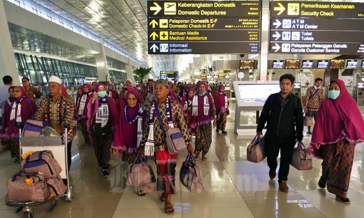 Calon Jamaah Umrah meninggalkan bandara setelah mendapat kepastian gagal berangkat ke Tanah Suci Mekah di Terminal 3 Bandara Soekarno Hatta, Tangerang, Banten, Kamis (27/2/2020). - Bisnis/Eusebio Chrysnamurti