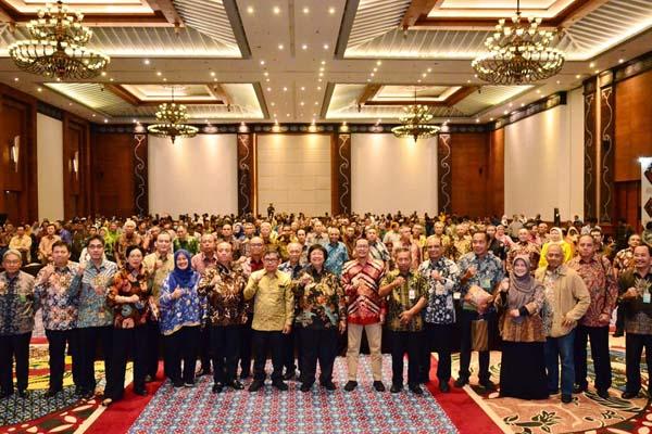 Menteri Lingkungan Hidup dan Kehutanan (LHK) Siti Nurbaya Bakar berfoto bersama jajaran LHK pusat dan daerah saat Rapat Kerja Nasional (Rakernas) KLHK di Yogyakarta, Kamis (27/2/2020). - Istimewa