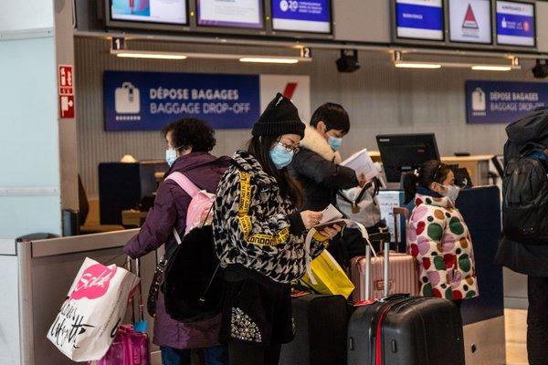 Calon penumpang di bandara Charle de Gaulle Airport, Perancis, mengantri layanan baggage drop-off -  Anita Pouchard Serra / Bloomberg