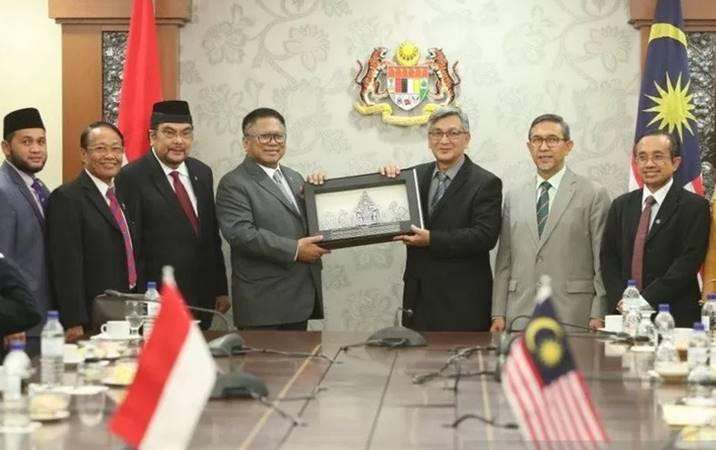Ketua Parlemen Malaysia Mohd Ariff (ketiga kanan) saat menerima mantan Ketua DPD RI. - Antara