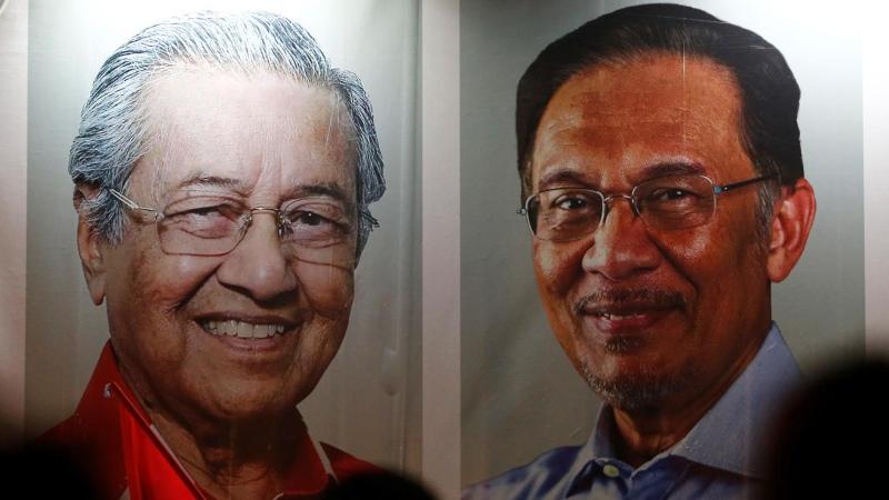 Poster besar menampilkan wajah Mahathir Mohamad dan Anwar Ibrahim terpampang dalam sebuah kampanye di Kuala Lumpur, Malaysia, Rabu (16/5/2018). - Reuters/Lai Seng Sin