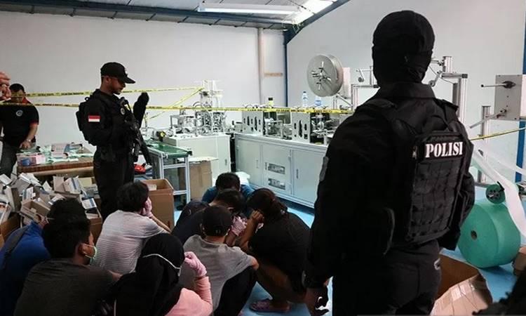 Direktorat Reserse Narkoba Polda Metro Jaya menggerebek sebuah gudang yang dijadikan pabrik masker di Kawasan Pergudangan Central Cakung Blok I No.11 Jalan Raya Cakung Cilincing KM 3, Rorotan Cilincing, Jakarta Utara, Jumat (28/2/2020).  - Antara
