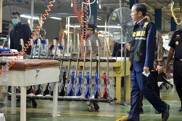 Presiden Joko Widodo mengunjungi pabrik alat musik seusai peluncuran perizinan daring sekaligus silaturahmi dengan pengguna fasilitas kepabeanan di Cileungsi, Kabupaten Bogor, Jawa Barat, Selasa (27/3/2018). - ANTARA/Wahyu Putro A