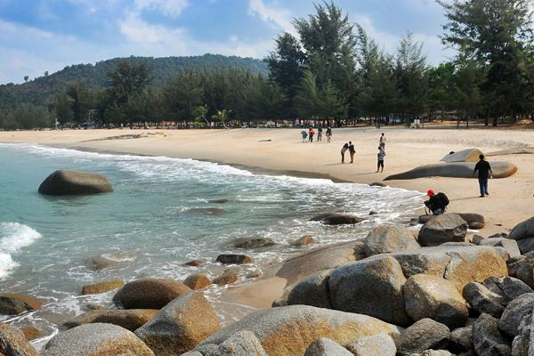 ilustrasi - Wisatawan mengunjungi Pantai Tikus Emas di Sungailiat, Kabupaten Bangka, Bangka Belitung, Selasa (21/3). - Antara/Aloysius Jarot Nugroho