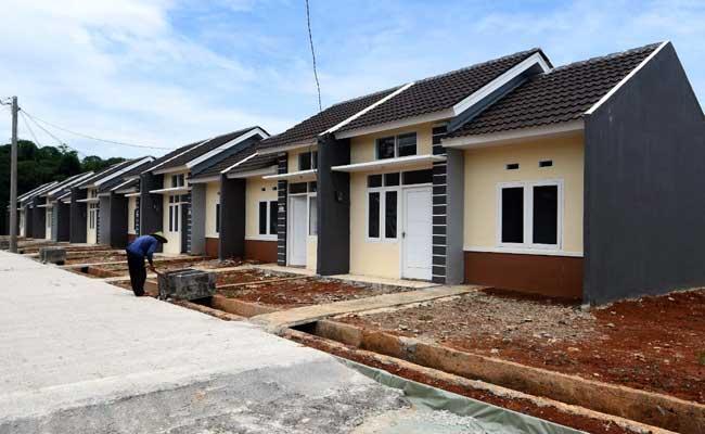 Pekerja menyelesaikan pembangunan perumahan di Jonggo, Jawa Barat, Selasa (11/02 - 2020).
