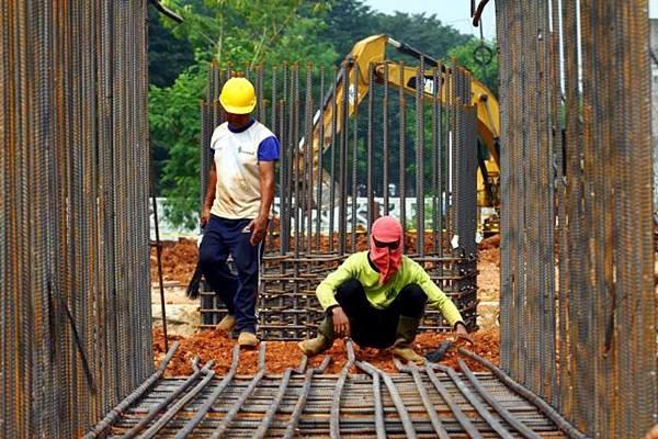 Pekerja menyelesaikan pembangunan rangka baja proyek infrastruktur di Jakarta. - JIBI/Dwi Prasetya