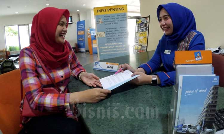 Petugas melayani debitur di salah satu kantor cabang PT Astra Credit Companies (ACC) di Bandung, Jawa Barat, Selasa (25/2/2020). Bisnis - Rachman