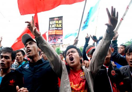 Ratusan buruh Tangerang dari berbagai aliansi serikat buruh menggelar aksi di depan kantor Disnaker kota Tangerang, Banten, Rabu (30/10 - 2013). Dalam aksinya tersebut mereka menuntut pemerintah untuk menaikan upah 2014 minimal sebesar Rp3,7 juta per bulan serta pencabutan INPRES No.9 tahun 2013 yang isinya membatasi kenaikan upah.