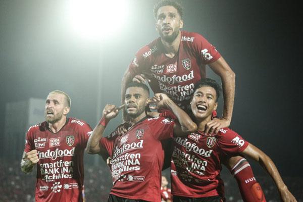 Para pemain Bali United merayakan gol Yabes Roni Malaifani (tengah depan) ke gawang Bhayangkara FC yang membawa kemenangan 1 - 0 dalam matchday kedua Liga 1 2019 pada Selasa (21/5/2019). - BaliUtd.com