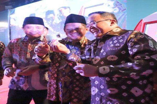 Menteri Dalam Negeri Tito Karnavian (tengah) didampingi Bupati Musi Banyuasin Dodi Reza Alex (kanan) dan Gubernur Sumsel Herman Deru saat peluncuran mesin anjungan dukcapil mandiri (ADM) di Muba, Jumat (28/2/2020). - Istimewa