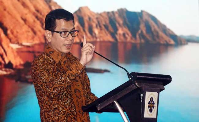 Menteri Pariwisata dan Ekonomi Kreatif Wishnutama Kusubandio memberikan pemaparan saat acara musyawarah nasional PHRI XVII di Karawang, Jawa Barat, Senin (10/2). Pemerintah menyiapkan anggaran senilai lebih dari Rp10 triliun untuk pengembangan lima destinasi super prioritas, yakni Borobudur, Danau Toba, Labuan Bajo, Likupang, dan Mandalika pada 2020. Bisnis - Triawanda Tirta Aditya