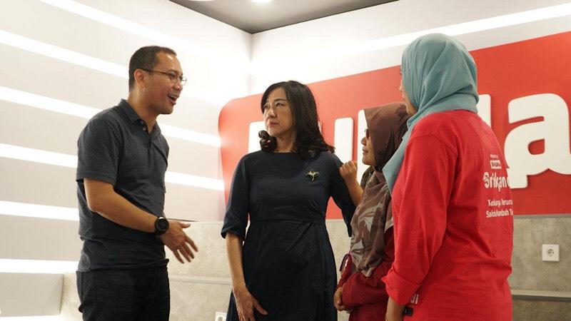 CEO Bukalapak Rachmat Kaimuddin (Kiri) dan President Director Bank Commonwealth Lauren Sulistiawati (Tengah) sedang berbincang-bincang dengan pelaku UMKM perempuan di Bukalapak. Bisnis - Istimewa.
