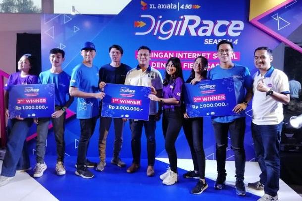 Territory Sales Manager Kabupaten Bandung Barat Akhifin berfoto bersama para pemenang kompetisi DigiRace 2020. - Bisnis/Novianti