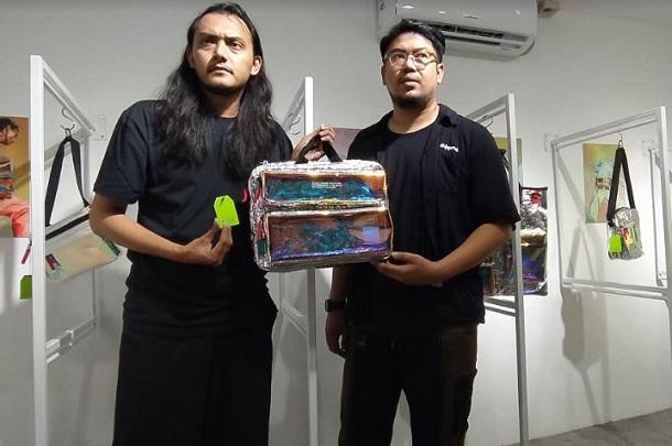 Adit Yara (kanan) bersama Rangga Yuzar menunjukkan salah satu artikel Niion Sterling. - Bisnis/Dea Andriyawan