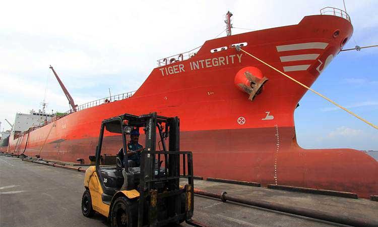 Sebuah kapal tanker berbendera asing memuat minyak kelapa sawit (crude palm oil) di pelabuhan PT Pelindo I Dumai di kota Dumai, Riau, Kamis (31/1/2019). - ANTARA/Aswaddy Hamid