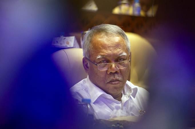 Menteri Pekerjaan Umum dan Perumahan Rakyat (PUPR) Basuki Hadimuljono mengikuti rapat kerja dengan Komisi V DPR di Kompleks Parlemen, Senayan, Jakarta, Rabu (12/6/2019). - ANTARA/Dhemas Reviyanto