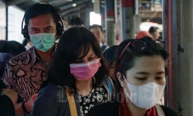 Penumpang kereta commuter line (KRL) menggunakan masker saat berada di Stasiun Sudirman, Jakarta, Selasa (3/3/2020). Bisnis - Himawan L Nugraha