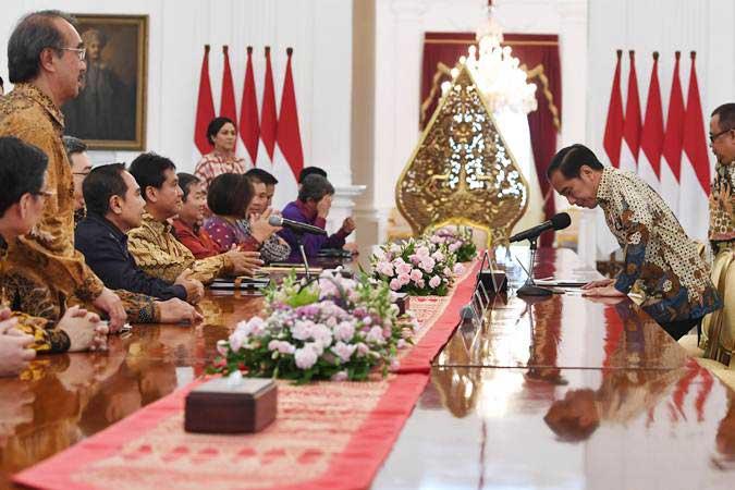 Presiden Joko Widodo (kanan) bersiap melakukan pertemuan dengan Ketua Umum Asosiasi Pengusaha Indonesia (Apindo) Hariyadi B. Sukamdani (keempat kiri) serta jajaran pengurus di Istana Merdeka Jakarta, Kamis (13/6/2019). - ANTARA/Wahyu Putro A