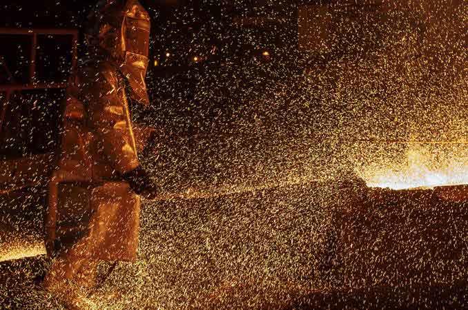 Pekerja mengeluarkan biji nikel dari tanur dalam proses furnace di smelter PT Vale Indonesia Tbk. di Sorowako, Luwu Timur, Sulawesi Selatan, Sabtu (30/3/2019). - ANTARA FOTO/Basri Marzuki