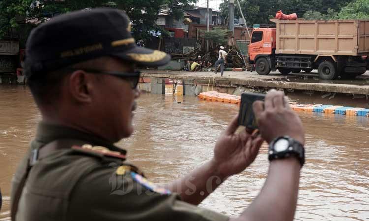 Petugas memantau kondisi ketinggian muka air di Pintu Air Manggarai, Jakarta, Selasa (25/2/2020). Bisnis - Himawan L Nugraha