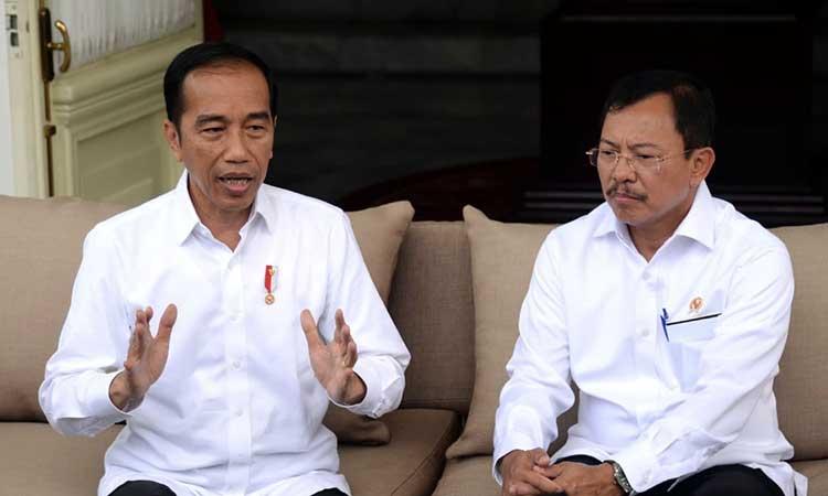 Presiden Joko Widodo (kiri) dan Menteri Kesehatan Terawan Agus Putranto menyatakan dua orang WNI positif Covid-19 di Istana Merdeka, Jakarta, Senin (2/3 - 2020). Biro Pers Sekretariat Presiden
