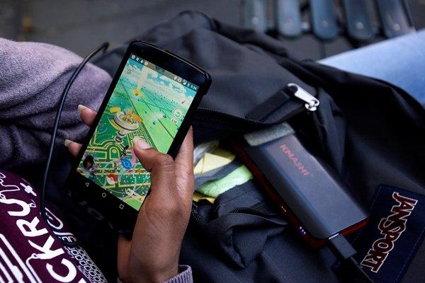 Permainan mobile Pokemon Go yang menjadi tren di kalangan anak muda - Reuters