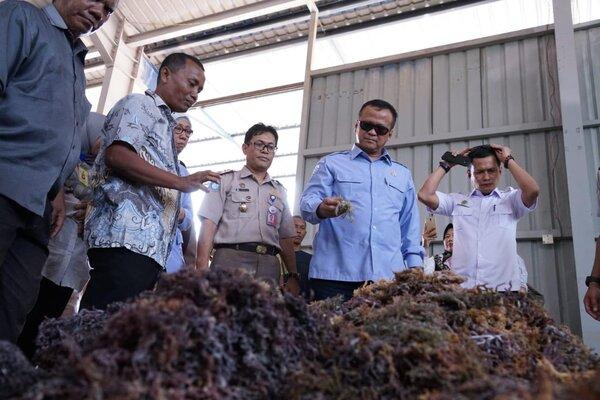 Menteri Kelautan dan Perikanan Edhy Prabowo dalam kunjungannya ke Batam pada Rabu (4/3/2020). - Bisnis/Bobi Bani.