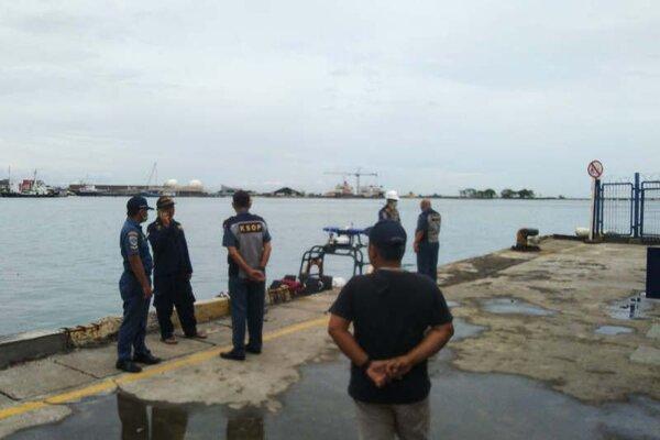 Petugas berjaga di dermaga Pelabuhan Tanjung Emas Semarang, Kamis (5/3/2020). - Antara/I.C.Senjaya