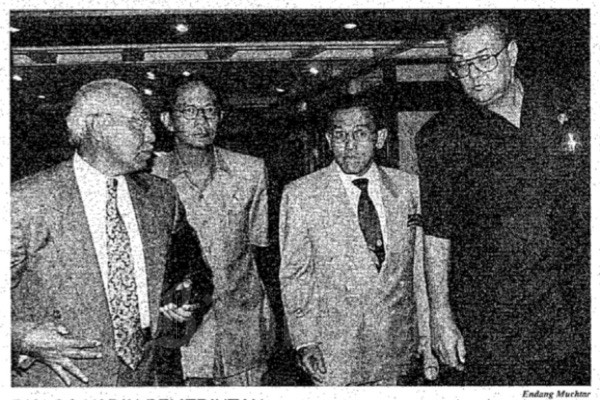 """Menperindag Tungky Ariwibowo (kiri), Ketua Bappenas Ginandjar Kartasasmita (kedua dari kiri), Menparpostel Joop Ave (kanan) dan Aburizal Bakrie (kedua dari kanan) tengah berjalan ke ruang """"Dialog antara Pemerintah dan Kadi Indoneisa"""" pada Senin (4/3 - 1996). Bisnis"""