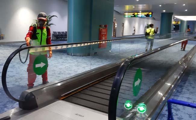 Petugas sedang melakukan penyemprotan cairan disinfektan di area Terminal 3 Bandara Soekarno-Hatta untuk mencegah penyebaran virus corona, Kamis (5/3/2020). - Dok. Istimewa