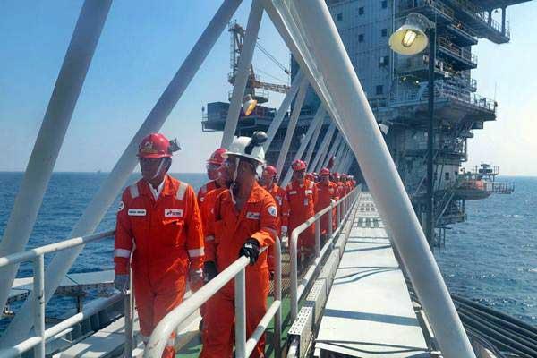 Manajemen PT Pertamina Hulu Energi melakukan kunjungan kerja di Anjungan Bravo, lepas pantai Blok Offshore North West Java yang dioperasikan PHE ONWJ, Jawa Barat - Antara