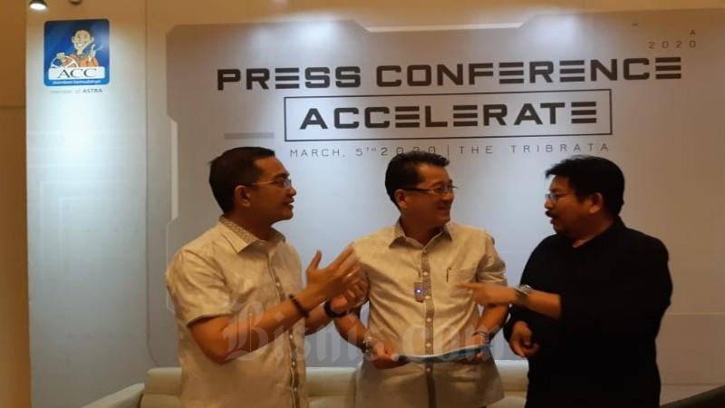 Direktur Teknologi dan IT ACC Ezar Kumendong (kiri), Direktur Pemasaran ACC Tan Chian Hok (tengah) dan Chief Corporate Communication & CSR FIFGROUPYulian Warman berbincang setelah peluncuran fitur digital perusahaan di Jakarta, Kamis (5/3/2020)  -  Bisnis / Arif Gunawan