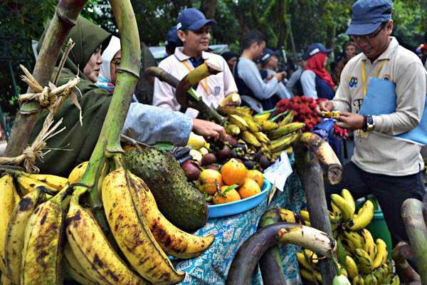 Ilustrasi. Warga mencicipi aneka buah saat Festival Buah Lokal di area CFD Alun-alun Rangkasbitung, Lebak, Banten. - ANTARA/Muhammad Bagus Khoirunas