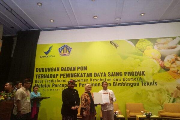 (Kiri ke kanan). Wagub Bali Tjokorda Oka Artha Ardana Sukawati, Kepala BPOM RI Penny K. Lukito, Perwakilan UD. Nikki Sake Nengah Pasek.