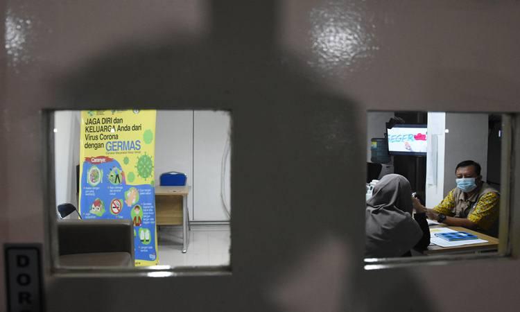 Warga memeriksakan kesehatannya di Pos Pemantauan Virus Corona RSPI Sulianti Saroso, Jakarta Utara, Selasa (3/3/2020). - Antara/Indrianto Eko Suwarso