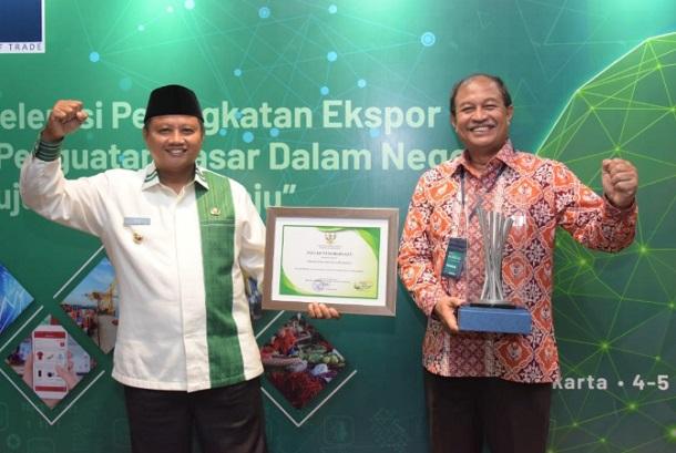 Wakil Gubernur Jawa Barat Uu Ruzhanul Ulum dan Kepala Dinas Indag Provinsi Jabar M. Arifin Soedjayana - Istimewa