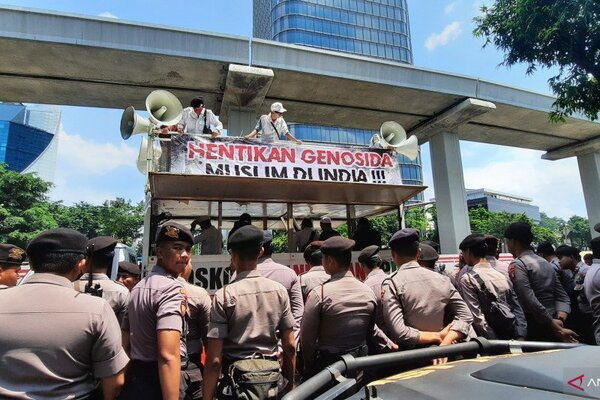 Massa dari sejumlah organisasi masyarakat berunjuk rasa solidaritas untuk Muslim India di depan kantor Kedutaan Besar India di Kuningan, Jakarta Selatan, Jumat (6/3/2020). - Antara/Laily Rahmawaty