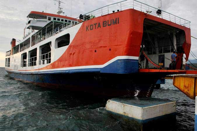 Kapal Feri Kota Bumi bersandar di pelabuhan penyeberangan Kolaka-Bajoe menunggu dibukanya kembali pelayaran akibat cuaca buruk di Kolaka, Sulawesi Tenggara, Rabu (23/1/2019). - ANTARA/Jojon