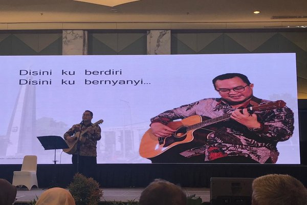 Rektor IPB Prof Arif Satria membawakan lagu ciptaanya berjudul 'Kampus Terbaik' seusai peluncuran bukunya bertajuk 'Politik Sumberdaya Alam' di IPB Convention Center, Bogor. Sabtu (7/3/2020). - Arief Budisusilo