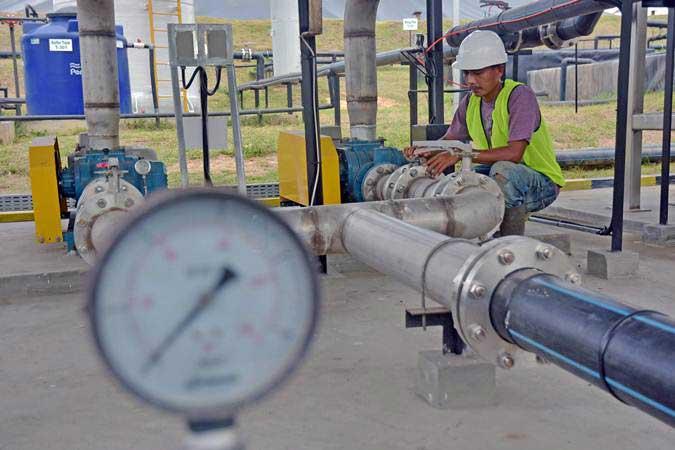 Pekerja memeriksa pipa gas metan di instalasi Pembangkit Listrik Tenaga (PLT) Biogas berkapasitas 700 kilowatt di Pabrik Kelapa Sawit PT Perkebunan Nusantara (PTPN) V Terantam, Kabupaten Kampar, Riau (4/3/2019). - ANTARA/FB Anggoro