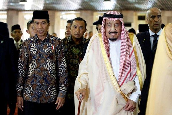 Presiden Joko Widodo (kiri) berjalan bersama Raja Arab Saudi Salman bin Abdulaziz Al-Saud (kanan) seusai melakukan ibadah salat di Masjid Istiqlal, Jakarta, Kamis (2/3). - Reuters/Beawiharta