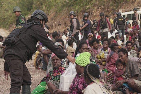 Sebagian dari 1.572 warga yang mengungsi akibat penembakan yang dilakukan KKB di sekitar Tembagapura, Kabupaten Mimika, Provinsi Papua, Senin (9/3/2020). - Antara/Humas Polda Papua