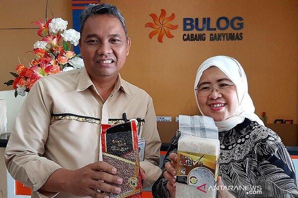 Anggota Komisi VI DPR RI Siti Mukaromah dan Pemimpin Cabang Bulog Banyumas Dani Satrio menunjukan beras bervitamin dengan nama