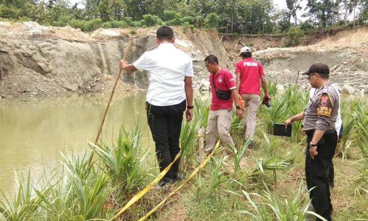 Petugas Polres Grobogan menggelar olah TKP di kubangan bekas galian golongan C di Dusun Sobotuwo, Desa Kronggen, Kabupaten Grobogan, Senin (9/3 - 2020), yang menewaskan 6 orang. Foto: Antara dari Humas Polres Grobogan
