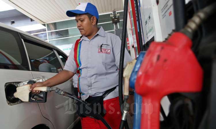 Petugas melakukan pengisian Bahan Bakar Minyak (BBM) disalah satu Stasiun Pengisian Bahan Bakar Umum (SPBU) di Jakarta, Rabu (4/3/2020). Bisnis - Eusebio Chrysnamurti