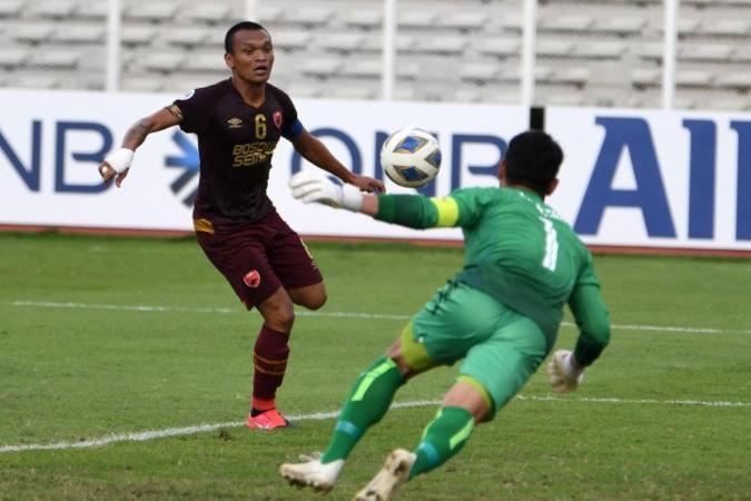 Pesepak bola PSM Makassar Ferdinand Sinaga (kiri) berebut bola dengan kiper Shan United Thiha Sithu dalam pertandingan lanjutan fase Grup H Piala AFC di Stadion Madya, Gelora Bung Karno, Jakarta, Rabu (26/2/2020) - Antara/Aditya Pradana Putra.