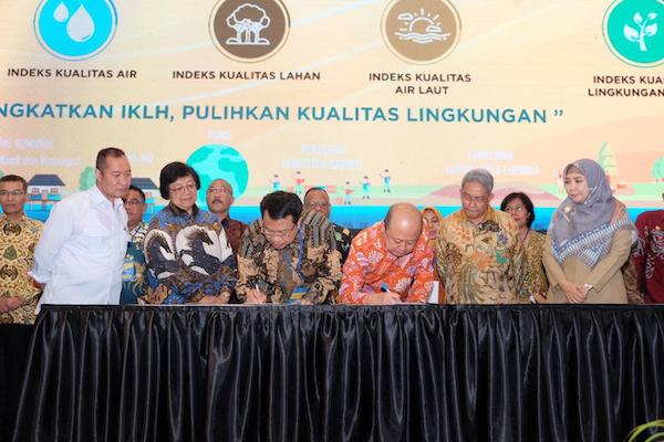 Direktur Utama Pupuk Kaltim Bakir Pasaman menandatangani MoU dengan Ditjen PPKL KLHK Karliansyah disaksikan Menteri LHK Siti Nurbaya Bakar pada Rapat Kerja Teknis Dirjen PPKL KLHK di Aruna Senggigi Lombok, Nusa Tenggara Barat, Senin (9/3) pagi. - Istimewa